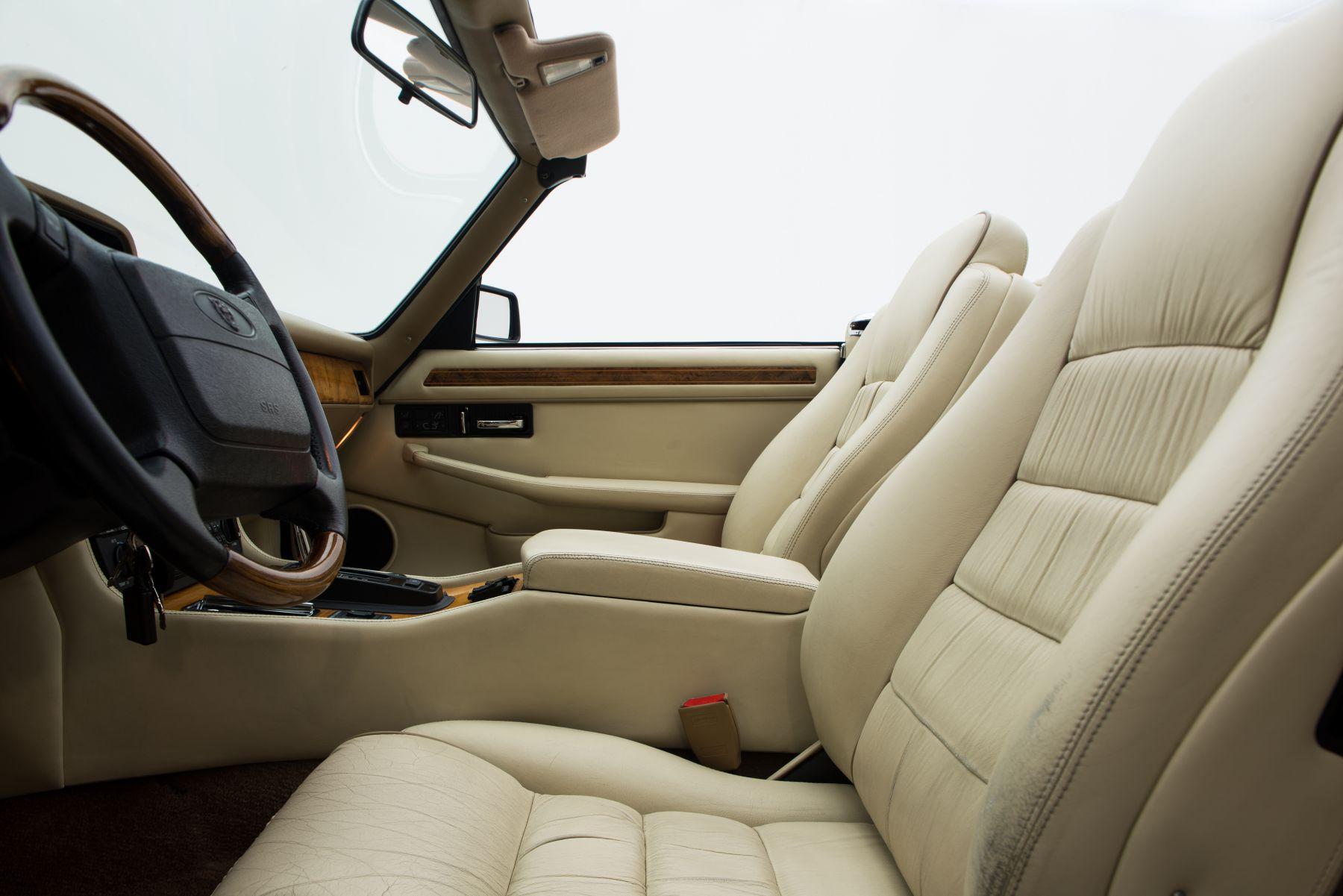 Jaguar xjs 6 0 v12 for sale brooks classics klassiekers for Auto interieur reinigen utrecht